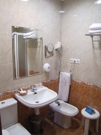 Hotel Las Tablas: Zona de lavabo, inodoro y bidet .