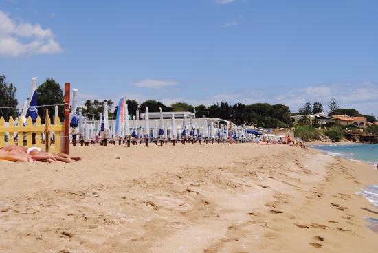 Lido Le Nereidi: Песчаный пляж с удобным заходом в воду