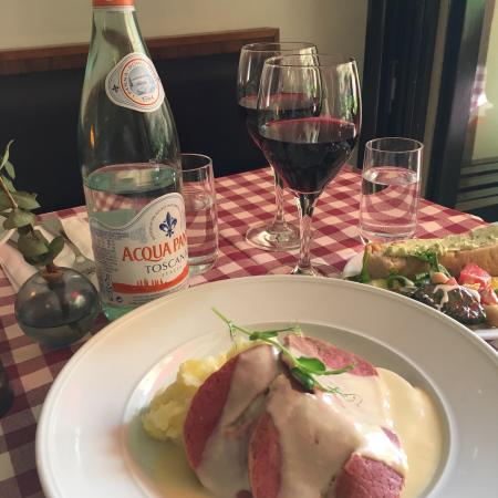 Fantastisk lunch för endast 100kr! Underbart salladsbord och foccacian var saftig och god. Dessu