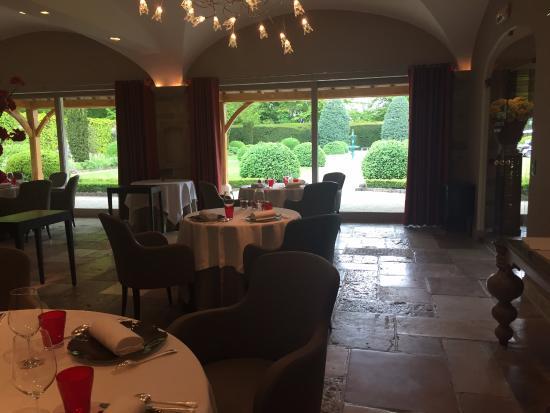 Levernois, Francia: Restaurant mit Blick in den Garten