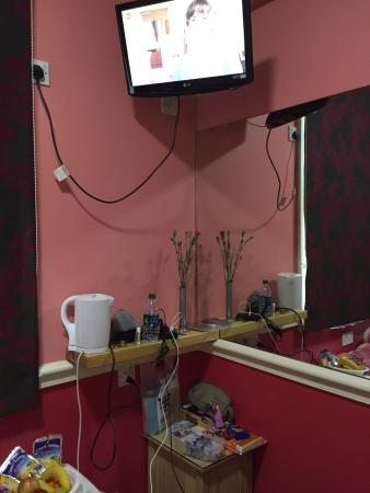 Cherry Court Hotel: Single double bed room #5