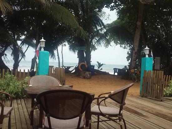 Playa Bluff Beach Restaurant: la playa
