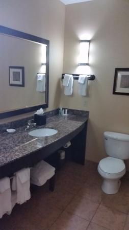 Comfort Suites Topeka: Bathroom with granite