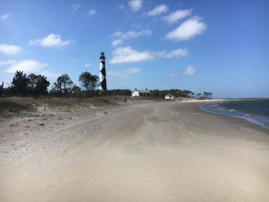 Beaufort, Carolina del Norte: Beautiful walk down the beach to the incredible lighthouse on Cape Lookout!