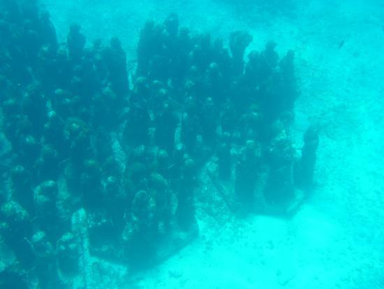 Musa Museo Subacuatico de Arte: Esculturas de gente en el museo subacuatico