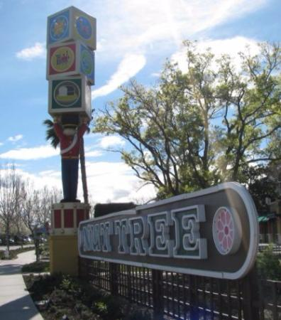 Vacaville, Καλιφόρνια: Nut Tree signs that those at the original Nut Tree