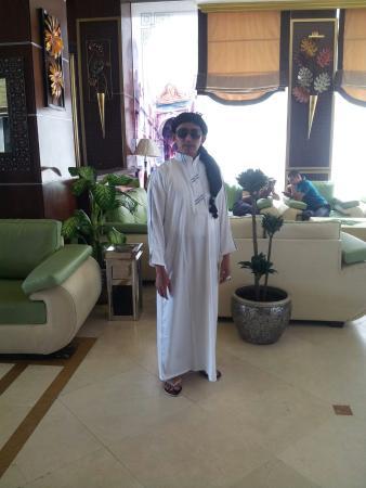 Zowar International Hotel : Di lobby dan di depan hotel