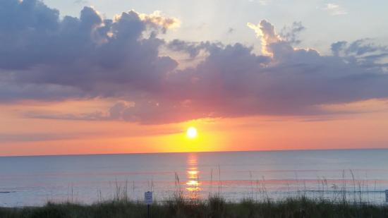 Ocean Sands Beach Inn: Sunrise