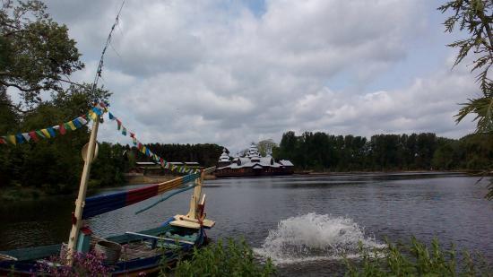 Brugelette, Belgia: Laguna Pairi Daiza met de Izba
