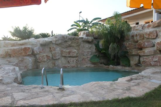 Piscina con cascata foto di camping flintstones park for Piscina con cascata
