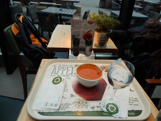 ฮุฟด์ดอร์ป, เนเธอร์แลนด์: tomato & Basil soup.