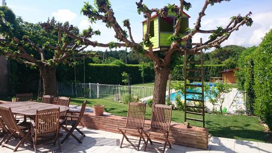 Bondigoux, Frankrike: Terrasse avec accès à la piscine
