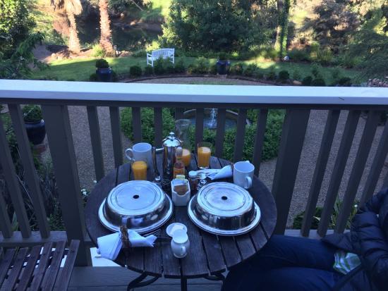 Milliken Creek Inn and Spa: Breakfast on the balcony.