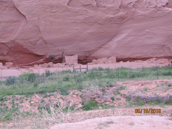 Canyon de Chelly National Monument: House inside the canyon