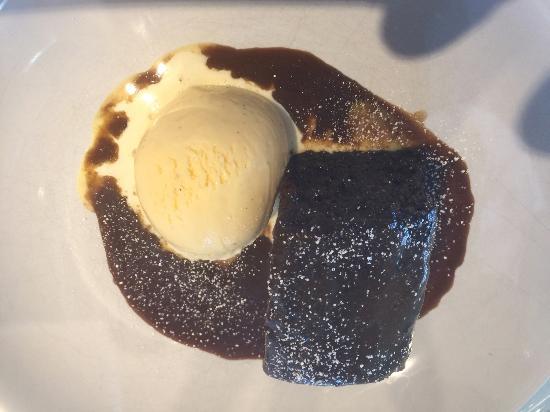 Broseley, UK: Sticky toffee pudding; Vanilla ice cream