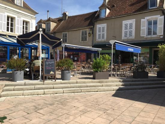 Saint-Amand-Montrond, Γαλλία: Nouvelle terrasse nouveau plat nouvelle carte