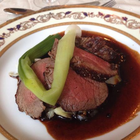 Restaurant Merlot: Forret: havtaske med gratineret sennepssovs. Hovedret: kalvemørbrad med kål og rødvinsglace + fi