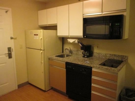 Hawthorn Suites by Wyndham Charlotte - Executive Park: nicely stocked kitchen