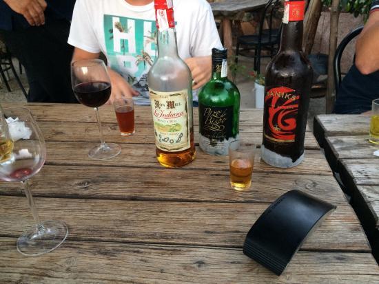 Santa Lucia, Spania: Voor degressief worden flessen op tafel gezet.