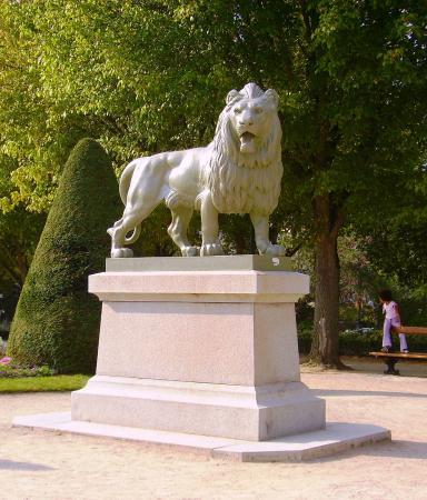 Statue sur la place du mail - Photo de Jardin du Mail, Angers ...