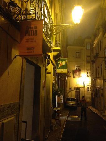Casa do Patio by Shiadu: Милая улочка - если вы на несколько дней, успеете познакомиться с соседями