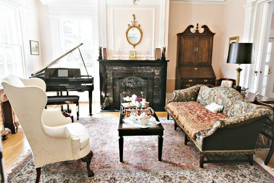 Bykenhulle House B&B : Make yourself comfortable in the elegant yet inviting Living Room. Enjoy a book or a cup of tea