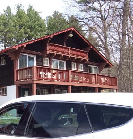 Интервейл, Нью-Гэмпшир: De kamers boven hebben een balkon, op de begane grond een terrasje.