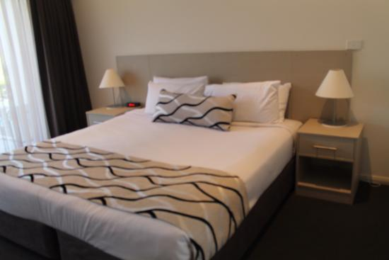 Rutherford, Australia: Very comfy bed modern decor spacious room