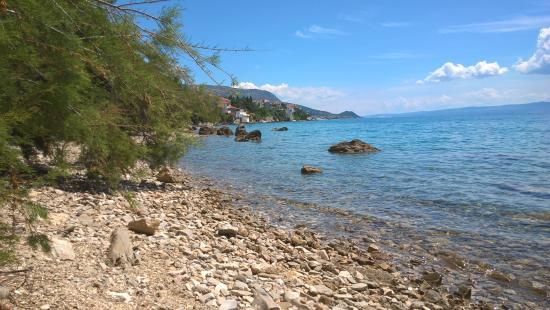 Stobrec, Kroatien: The lovely beach looking at the village