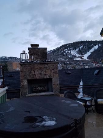 Torchlight Inn Bed and Breakfast : Top deck hot tub and fireplace, beautiful views!