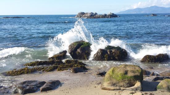 El Mar Golpeando Las Rocas