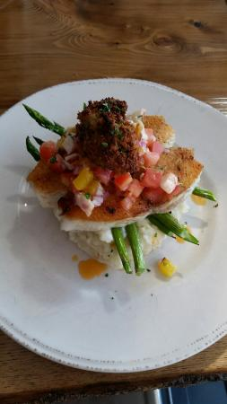 Rustico, Canadá: Halibut on apple mashed with mango lobster salsa and bacon infused oyster