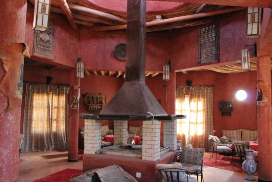 Auberge Ksar Sania: Dining room, eating outside is also a great option