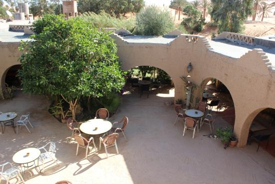 Auberge Ksar Sania: Dining and lounging area in the courtyard