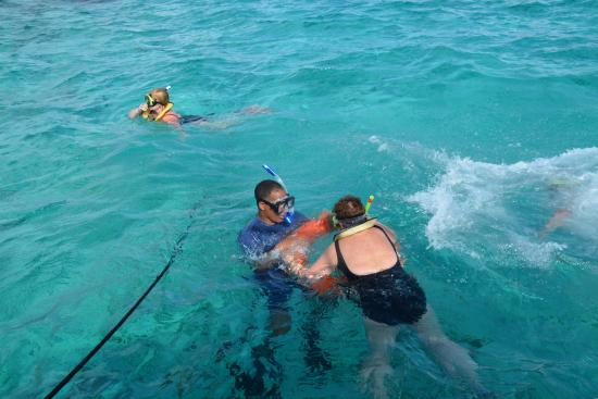 George Town, Gran Caimán: Richie pulling Angela around in deeper water by the Barrier Reef