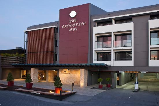 The Executive Inn: Hotel Entry undercover parking (limited)