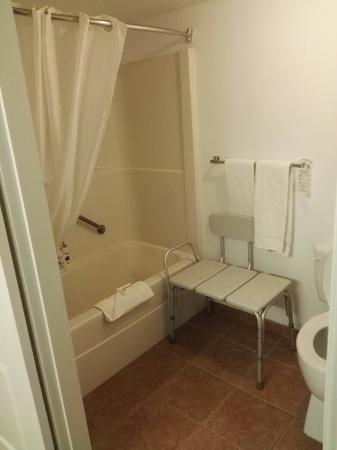 Super 8 100 Mile House: Badezimmer Zimmer 101