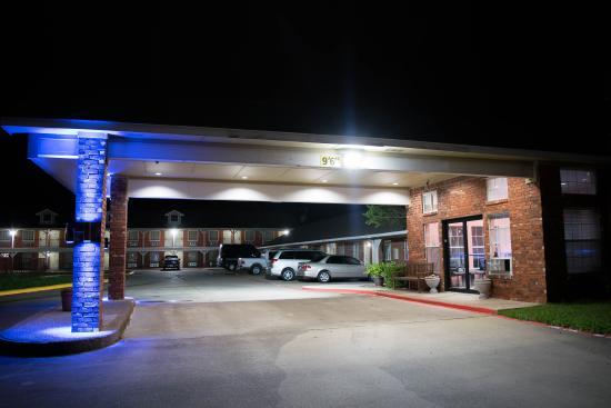 Countryside Inn : Entrance at Night