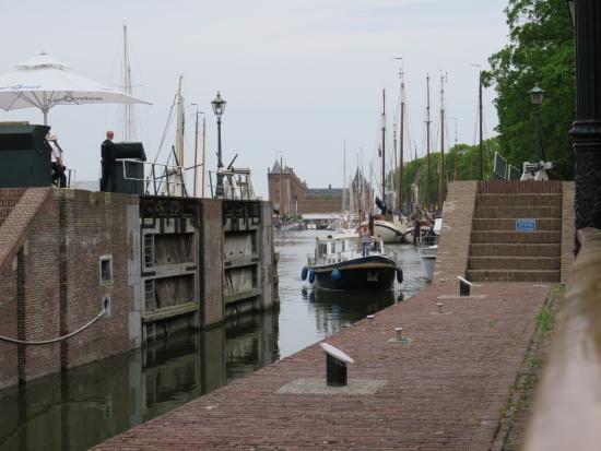Muiden, Nederland: Entering the lock