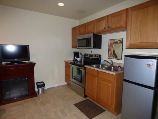 Winchester Bay, OR: Full kitchen stocked with eating/cooking utensils and an electric fireplace for ambiance.