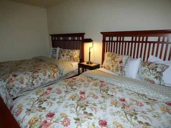 Winchester Bay, OR: Comfy memory foam mattresses with gorgeous country comforters.
