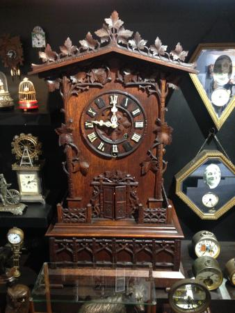 Whangarei, Nueva Zelanda: a traditional clock----there are various wooden clocks in different time periods