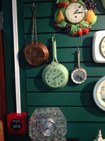 Whangarei, Nueva Zelanda: different styles clocks in museum