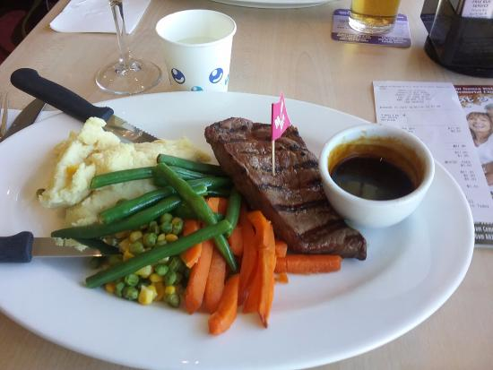 Tewantin, Australien: Grilled steak, red wine jus, mashed potato, honeyed carrots, baby green beans, peas and corn. $9