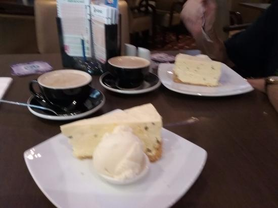 Tewantin, Australien: Passion fruit cheesecake and coffee in the coffee shop