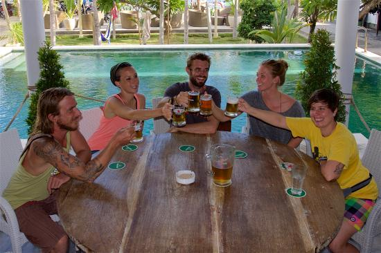 Padangbai, Endonezya: Cheerful afternoons with friends and beer on tap