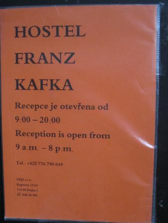 Franz Kafka: ドアの張り紙。レセプションオープン時間:am9-pm8