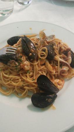 Migliarino, Italia: Telline, spaghettata alla marinara e ottime patate fritte con buccia.