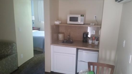Coronet Motel: Small kitchen with fridge