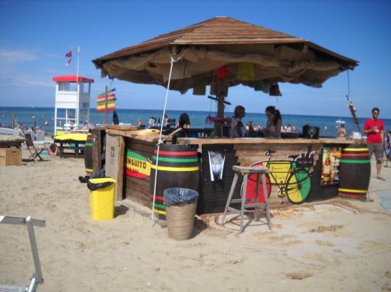 Il bar sulla spiaggia foto di bagno tiki 26 rimini tripadvisor - Bagno 30 rimini ...